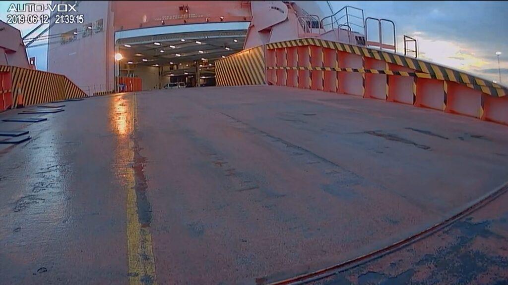 Rückwärts wird auf das RoRo Schiff gefahren