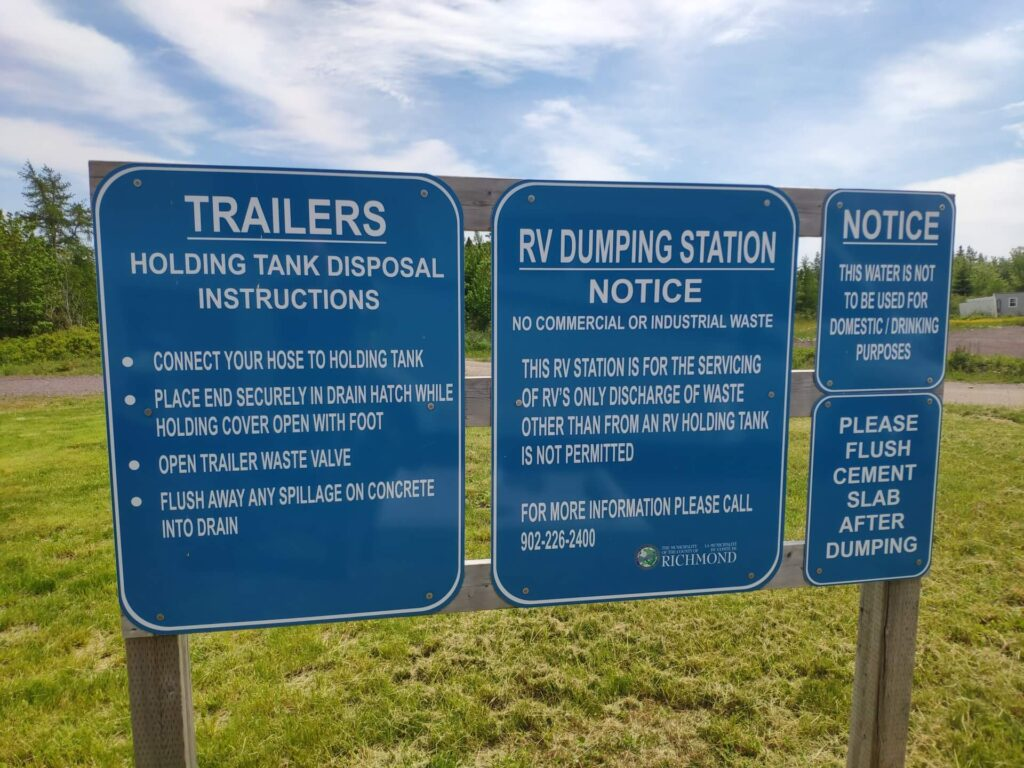 Hinweisschilder an einer Entsorgungsstation