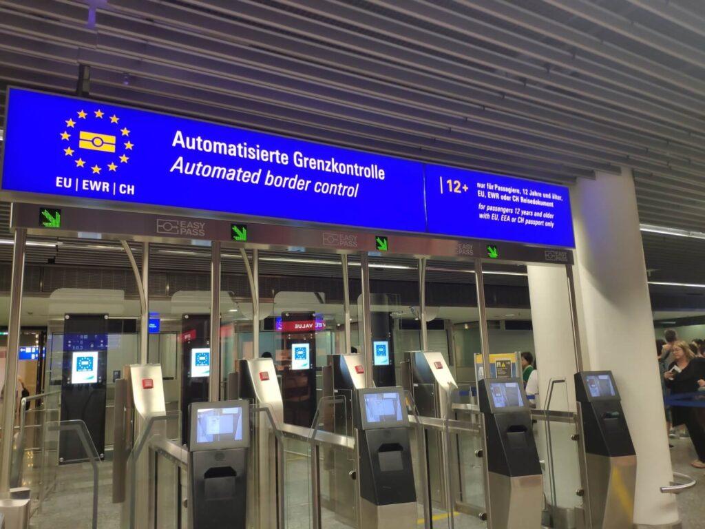 Paßkontrolle am Frankfurter Flughafen