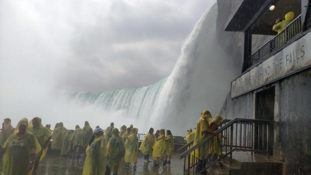 Die Reise hinter den Wasserfall