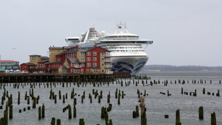Kreuzfahrtschiff im Hafen von Astoria