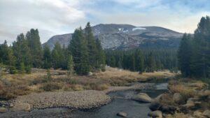 Yosemite Fluß mit Berg