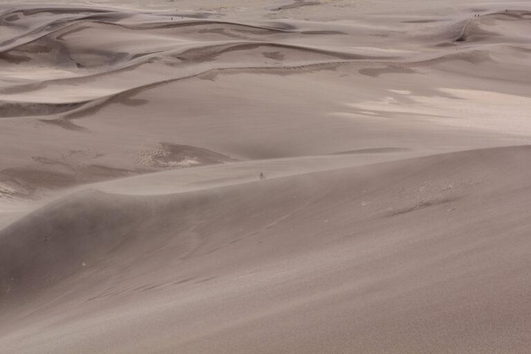 Great Sand Dunes Iris verschwindet hinter einer Düne
