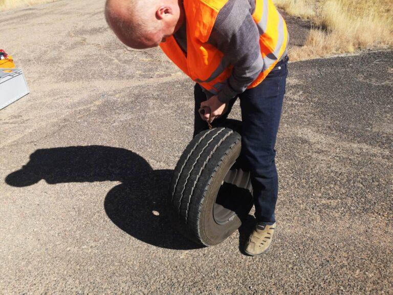 Der Reifen wird geflickt