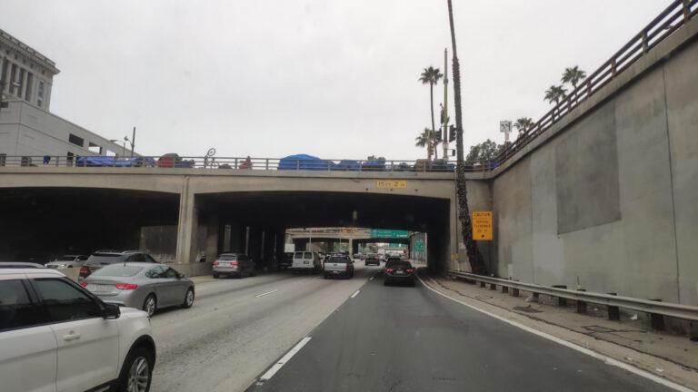 Obdachlose auf einer Brücke