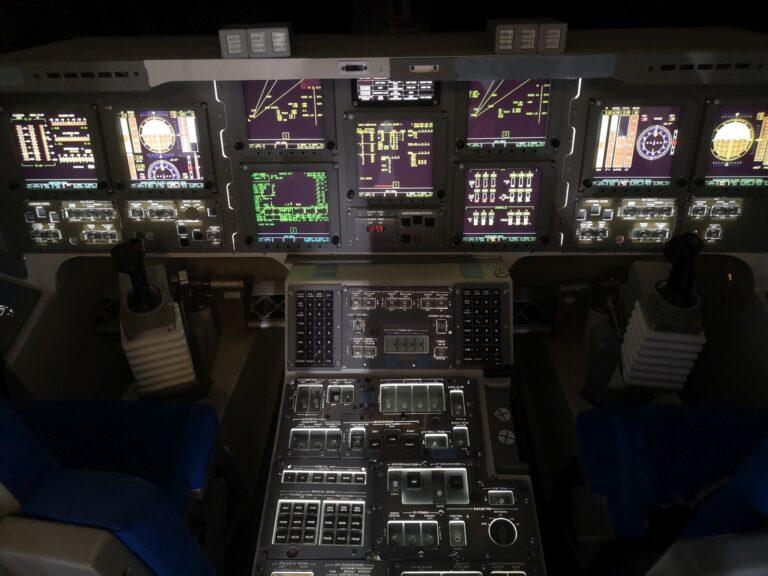 Shuttle Cockpit beleuchtet