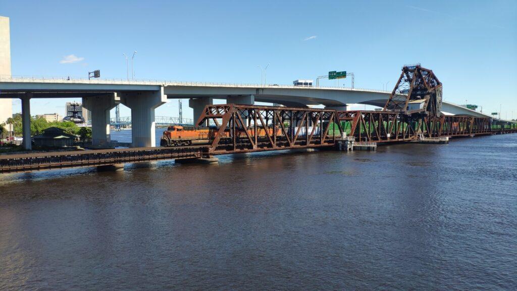 Drehbrücke mit Bahn