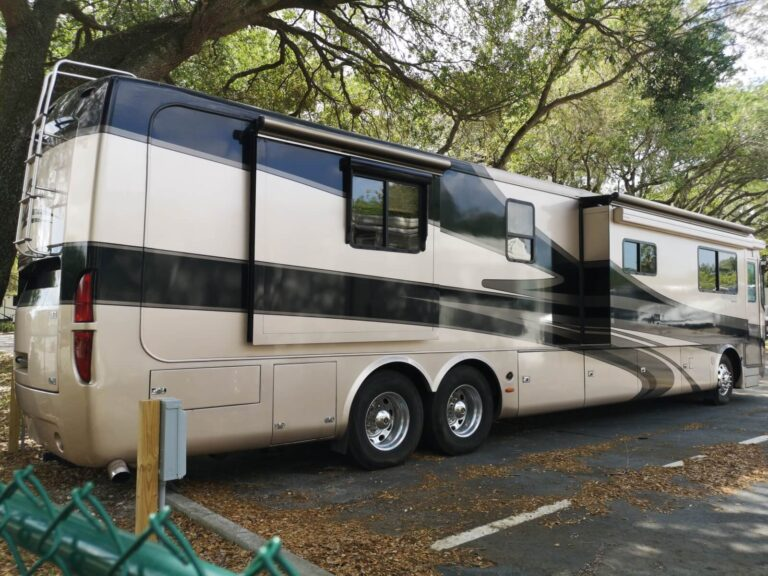 riesiger Camper Bus