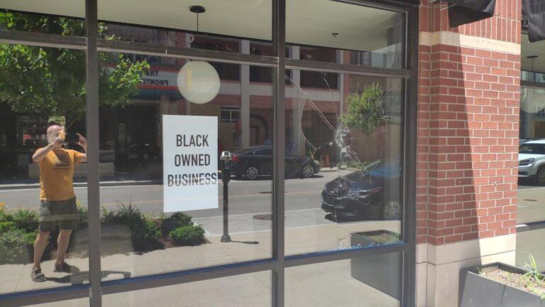 Louisville verbarrikadiert black